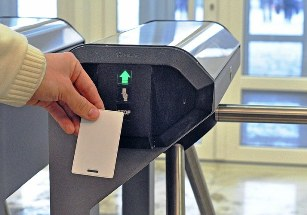 Суд: доказать опоздания работников можно по электронным пропускам