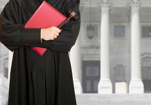 Проступки судей: выносила вердикты на расстоянии, объявила решение прокурору до заседания