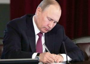 Путин помиловал троих россиян и украинца