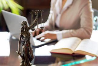 Стоимость услуг адвоката: в России посчитали среднюю цифру.
